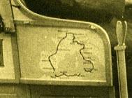 Puerta del vehículo De Dion Bouton que realizó el viaje por Europa y Norte de África, con el mapa del recorrido