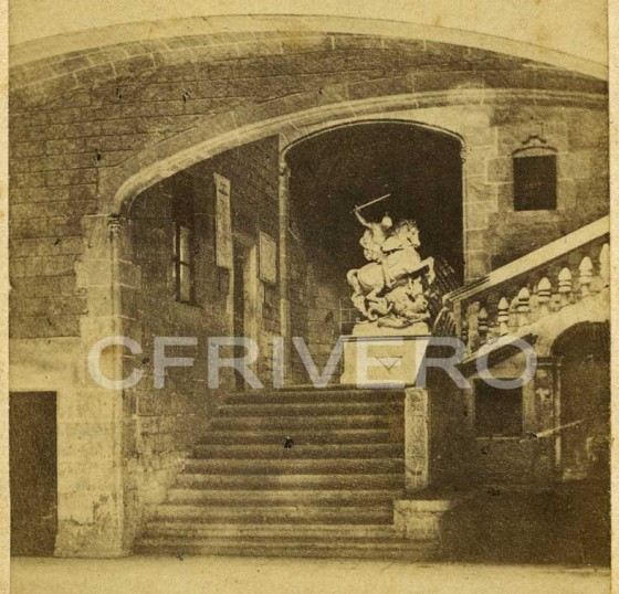 Fotografía anónima. Patio  y escalera de un palacio gótico con una estatua d San Jorge