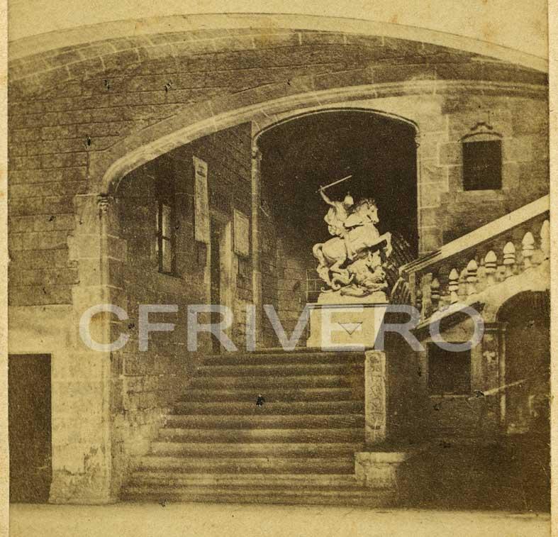 Fotografía anónima. Escultura de San Jordi, obra de Venanci Vallmitjana i Barbani en el Palacio de los Condes de Barcelona. Ca. 1890. Albúmina sobre papel. CFRivero