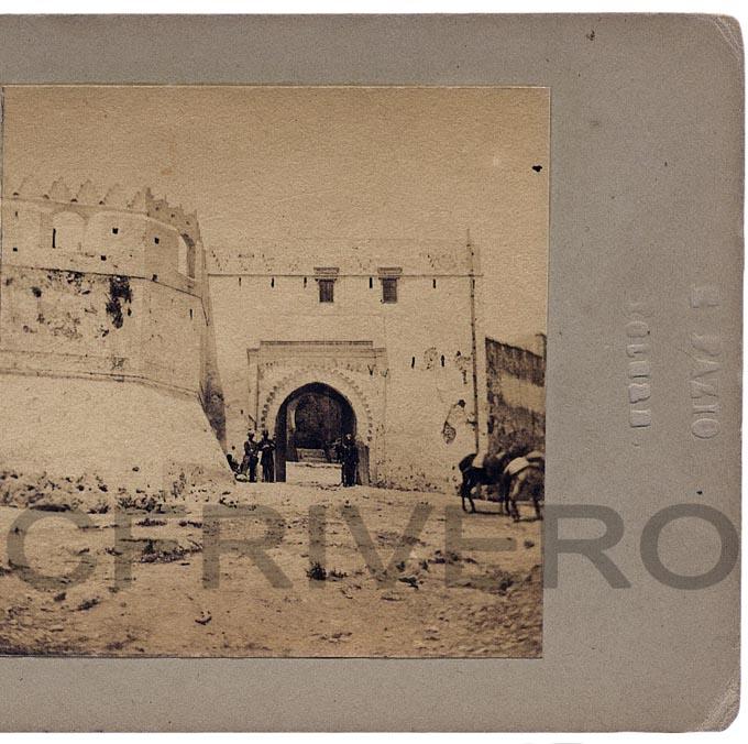 Enrique Fazio. Tetuán, Puerta de la Reina (Bab Okla). Albúmina. Mitad de un par estereoscópico. 1860