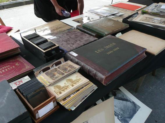 Una mesa de venta de fotografía antigua en la Feria de la Fotografía de Bievres en 2012