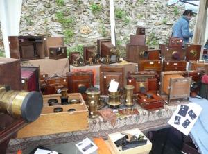 Mesa con cámaras antiguas en la Feria internacional de la fotografía de Bievres