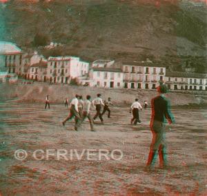 Anaglifo de fotografía estereoscópica de un partido de futbol en Málaga. 1903