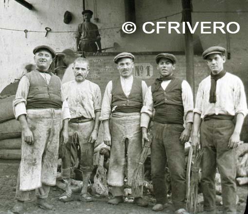 Anónimo. [Grupo de empleados en las bodegas de Hijos de Antonio Barceló]. Málaga, película negativa, gelatinobromuro. 1927