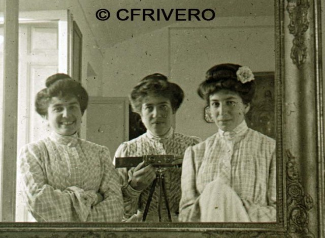 Anónimo. [Tres damas frente al espejo]. Málaga, cristal estereoscópico, emulsión de gelatinobromuro. Ca. 1905