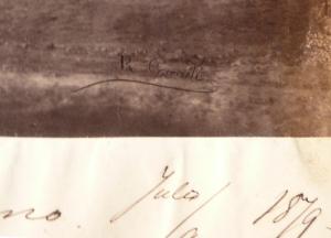 Detalle de la firma de Reyes Corradi al pié de la fotografía del Puente romano en Córdoba.