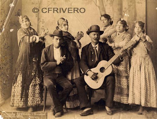 Fotografia en papel albuminado de Rafael Señán y González. Grupo de artistas flamencos en Granada. Ca. 1890