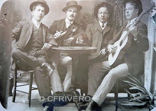 Anónimo. [Grupo de amigos con guitarra]. Gelatinobromuro. Málaga, ca. 1910. (Col. Fernández Rivero)