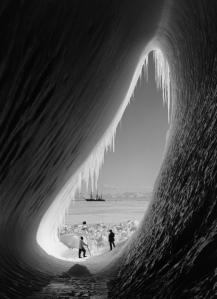 Herbert George Ponting. Gruta de hielo, Antartida, 1911