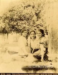 Rafael Garzón. Nº 783 Fuente en el patio de los Naranjos. Muchachas cordobesas. Córdoba Ca. 1890. Albúmina