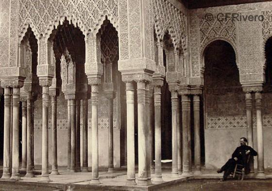 Posiblemente el fotógrafo Jean Laurent en el patio de los Leones de la Alhambra de Granada en 1870