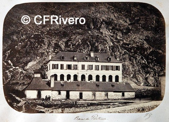 """Fotografía de Fernando Guerrero Scholtz de la """"casa de los baños"""" en Panticosa, hacia 1865. Albúmina. Col. Fernández Rivero"""