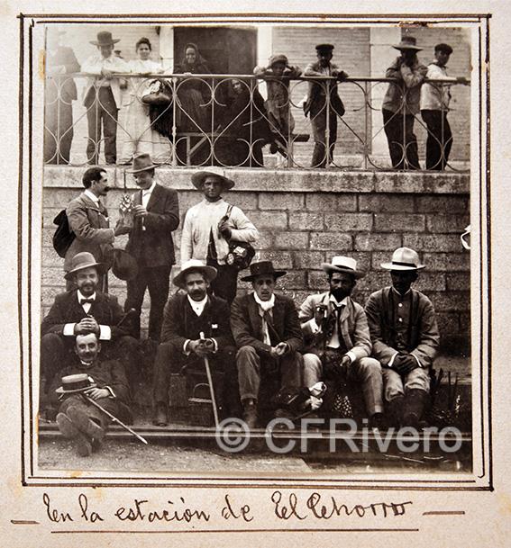 Anónimo. Pasajeros en la Estación de El Chorro, Málaga. 1910. Gelatinobromuro.
