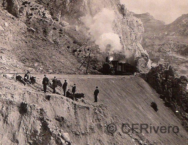 Tren de la línea Málaga-Córdoba a la salida de la Estación del Chorro, Málaga. Fotografía anónima, hacia 1905. Gelatinobromuro. Col. Fernández Rivereo