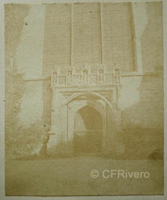 Calotipo de William Henry Fox Talbot. Ancient Doorway, Magdalen College, Oxford (Reino Unido). Negativo de papel y positivo de papel a la sal. 1843. (Col. Fernández Rivero)