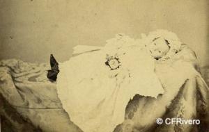 Selfa, Antonio (Acrividad 1861-1868) Madrid. Retrato de un niño muerto . Carte de visite en albúmina. Ca. 1867
