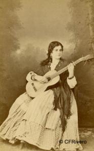 Masson, Luis León.  (Activo 1858-1875) Sevilla. Muchacha con guitarra (Sevilla). Carte de visite en albúmina. Ca. 1860