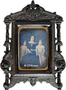 Autor desconocido (Francia). Retato de señora con dos niñas. Marco de resina. Daguerrotipo. 1850/1860