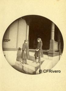 Autor desconocido- Revelado Kodak. Retrato de dos niñas con uniforme escolar. Gelatinobromuro. Ca. 1890
