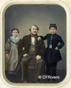 Autor desconocido (Francia). Retrato de un padre con sus dos hijos. Albúmina iluminada. Ca. 1860