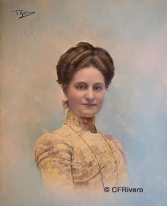 """Tomás Molina, Córdoba. Retrato de María Dolores Sánchez Molina, esposa del torero Rafael Guerra Bejarano, """"Guerrita"""". Gelatinobromuro iluminado. 1895-1900."""