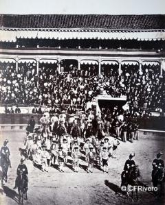 """Laurent, Jean (1816-1886) Madrid. """"La cuadrilla"""" [Montaje del paseillo de la corrida celebrada el 24 de Octubre de 1965 en la madrileña plaza de toros de la Puerta de Alcalá]. Albúmina, 1865"""