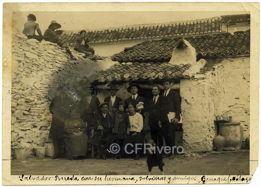 Autor desconocido. El poeta Salvador Rueda con familiares y amigos en su casa de Benaque (Málaga)