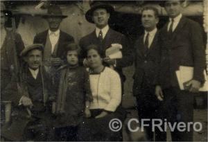 Retrato de grupo del poeta Salvador Rueda con su familia y amigos en la puerta de su casa en Benaque (Málaga) hacia 1930