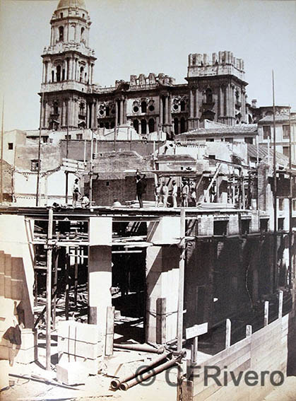 [Joaquín Oses] Construcción de la Calle Larios: manzana 4ª, esquina a c/ La Bolsa. Málaga, ca. 1888. Albúmina sobre papel. Col. Fernández Rivero