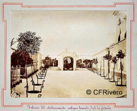 Rafael Rocafull. [Bodegas Moreno Mora] Interior del establecimiento antiguo tomado desde la portada. Puerto de Santa María. Albúmina. 1870/80