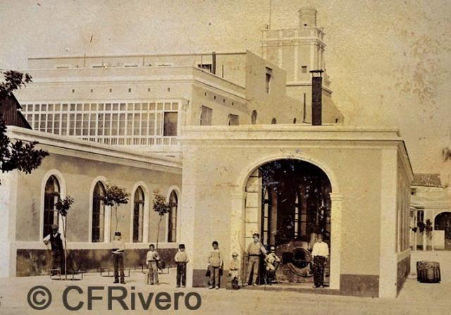 Rafael Rocafull. [Bodegas Moreno Mora] Parte de la casa, maquina de vapor, lavaderos y alameda. Puerto de Santa María. Albúmina. 1870/80
