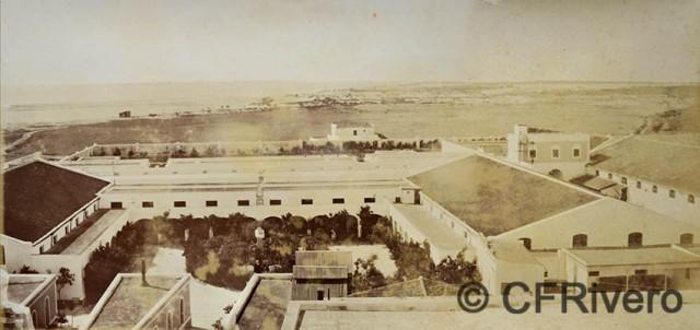 Rafael Rocafull. [Bodega Moreno Mora] Parte del patio grande y bodegas de la derecha. Puerto de Santa María. 1870/80. Albúmina