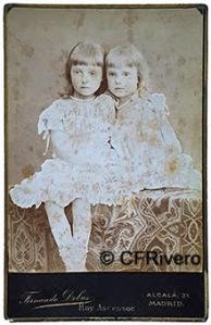 Fernando Debas. Infantas María de las Mercedes y María Teresa, hermanas de Alfonso XIII. Madrid, ca. 1887. Cabinet en albúmina.