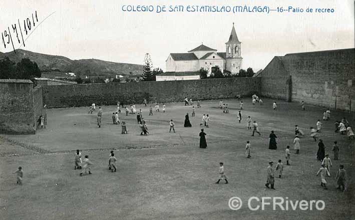 Colegio San Estanislao, patio. Iglesia de El Palo al fondo. Tarjeta postal circulada en 1911, editada por Andres Fabert.