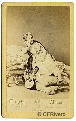 Gustave Larauza. Retrato de joven disfrazada. Barcelona 1865/1877. Carte de visite en albúmina.