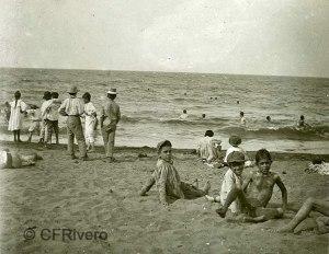 Autor desconocido. Niños en la playa de la Malagueta. Málaga, 1890-1900. Albúmina sobre papel.