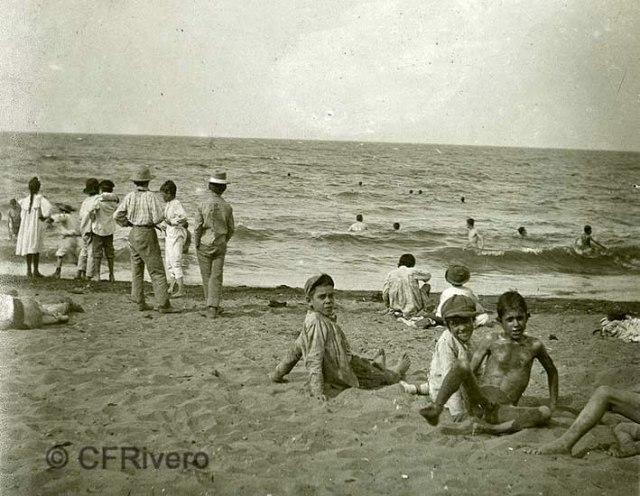 Autor desconocido. Niños en la playa de la Malagueta. Málaga, 1890-1900. Gelatina de plata sobre vidrio.