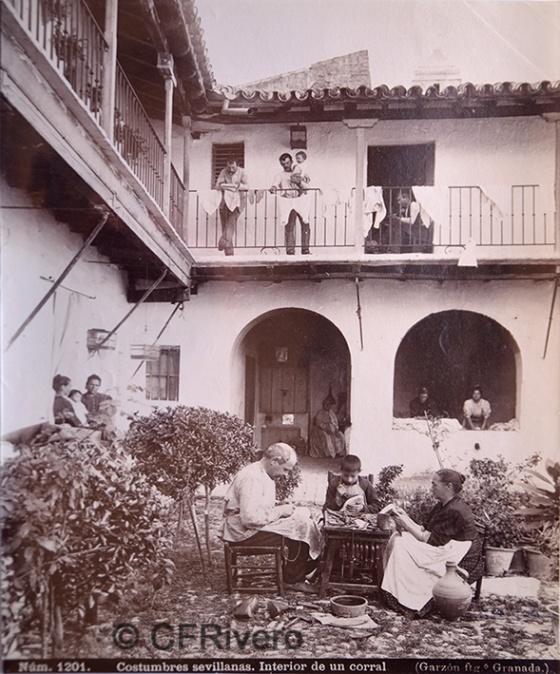 Rafael Garzón. Nº 1201 Costumbres Sevillanas. Intarior de un corral. Albúmina. 1898