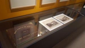 """Álbum """"Obras públicas de España"""", Tomo 3º y dos fotografías de su contenido en la exposición: La España de Laurent (CFRivero)"""