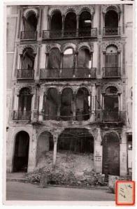 Manuel Torres Molina (Granada). Málaga, farmacia de la Plaza de la Constitución destruida por los rojos. Gelatina de plata. H. 1940. (Biblioteca Nacional de España)