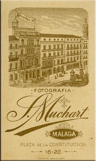 Dorso de una carte de visite con los datos del estudio de Sabina Muchart en Málaga. H. 1890