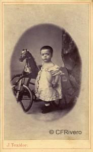 José Teixidor. Retrato de un niño con caballito. Barcelona, h. 1870. Carte de visite en albúmina. (CFRivero)