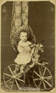 Ignacio Pascual. Niño sobre cabrita de juguete. Villafranca del Panadés h. 1870. Carte de visite en albúmina. (CFRivero)