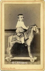 Moliné y Albareda. Niño montado en un caballito de cartón. ca. Barcelona, 1865. Carte de visite en albúmina (CFRivero)