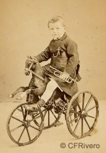 Autor desconocido. Niño con trompeta sobre caballito. h. 1870. Carte de visite en albúmina. (CFRivero)
