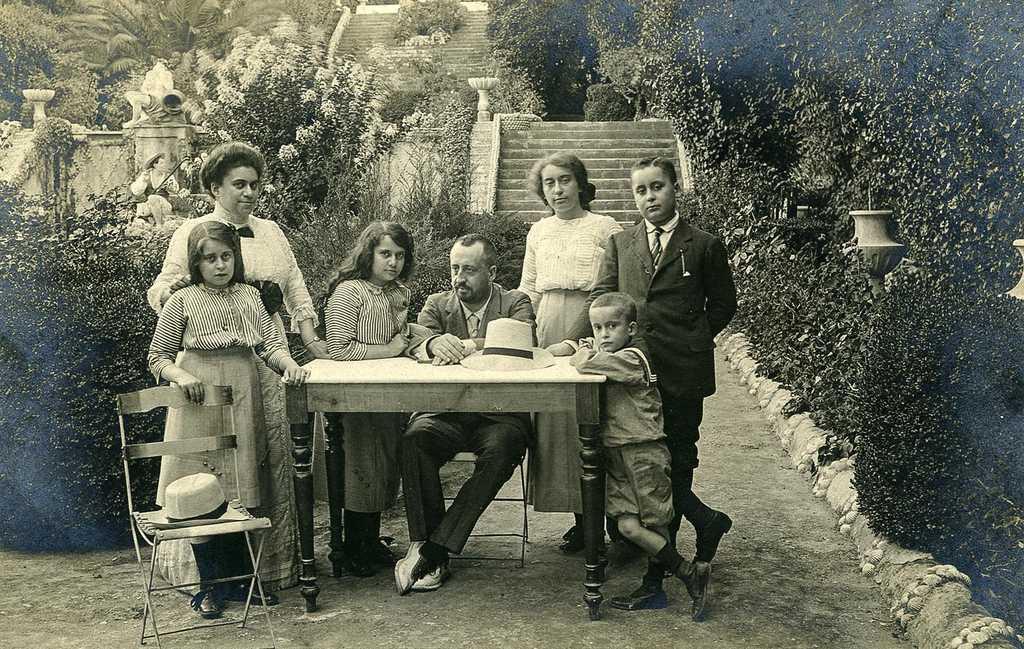 Autor desconocido. Málga, El Retiro: Familia duques de Aveiro en el jardín Cortesano. Ca. 1910. Gelatina de plata. (CFRivero)