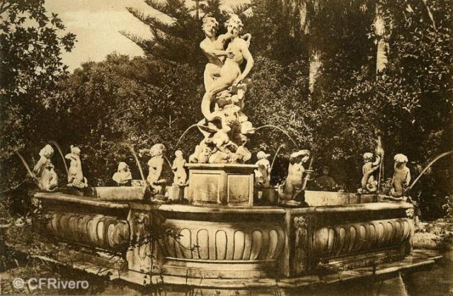 """Autor desconocido. Málaga.- """"El Retiro"""". Fuente de la Sirena. Ca. 1920. Tarjeta postal."""