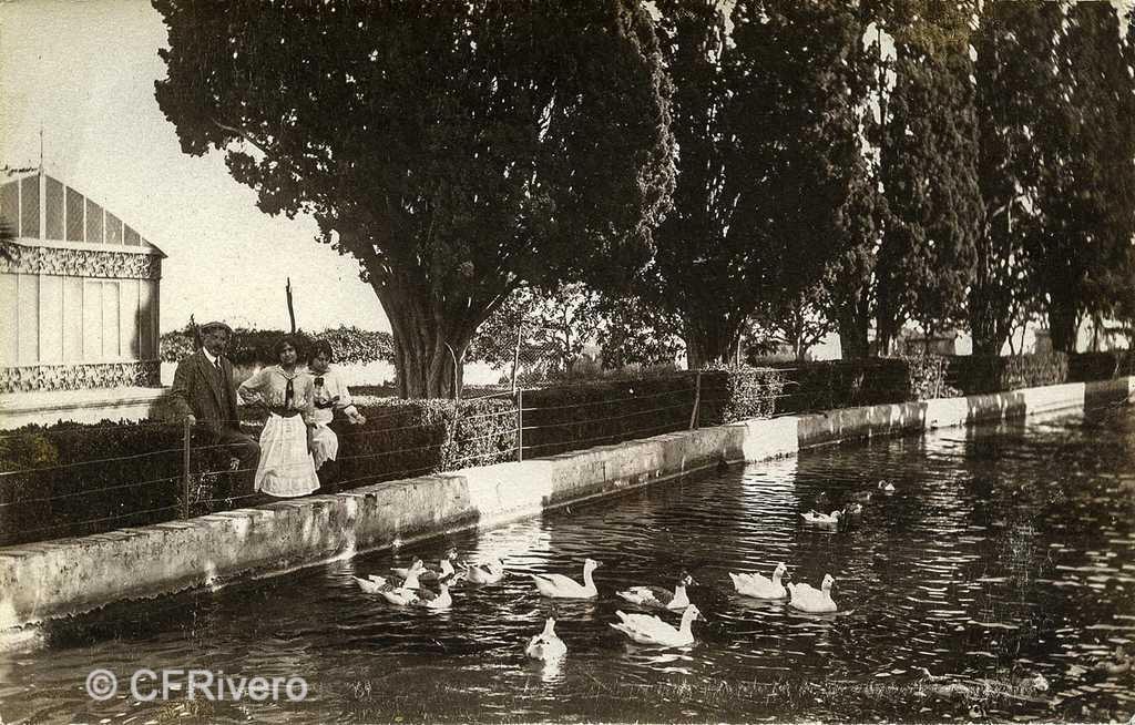 Autor desconocido. El Retiro (Málaga), el duque de Aveyro y sus dos hijas en el Estanque Grande. Ca. 1917. Gelatina de plata sobre papel (CFRivero)