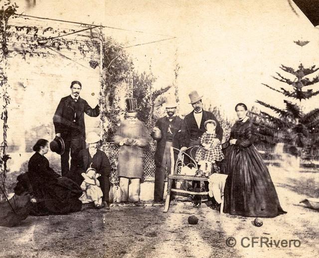 Autor desconocido. [Grupo familiar de los marqueses de la Paniega en El Retiro, Churriana (Málaga). Ca. 1865. Estereoscopia en albúmina (CFRivero)]. Ca. 1865. Mitad de un par estereoscópico en albúmina (CFRivero)