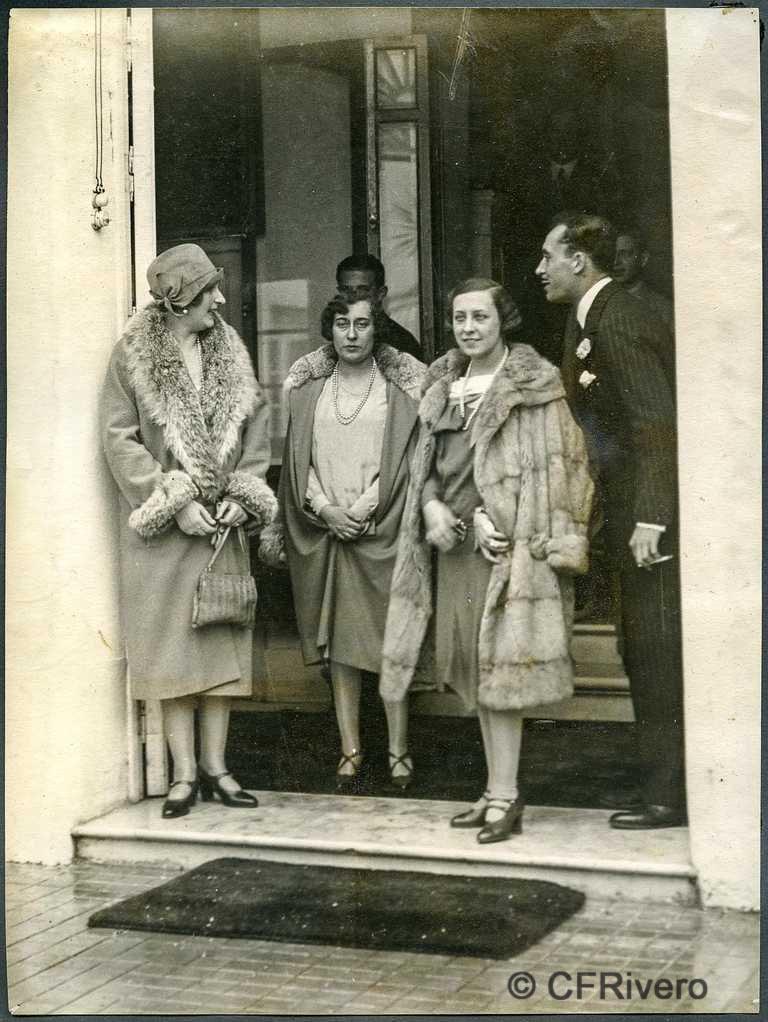 Autor desconocido. Málaga, El Retiro, la reina Victoria Eugenia, Mª Luisa, Mª Pilar y Ángel de Carvajal y Santos-Suárez en la puerta de la Casa-Palacio. 1927. Gelatina de plata (CFRivero)